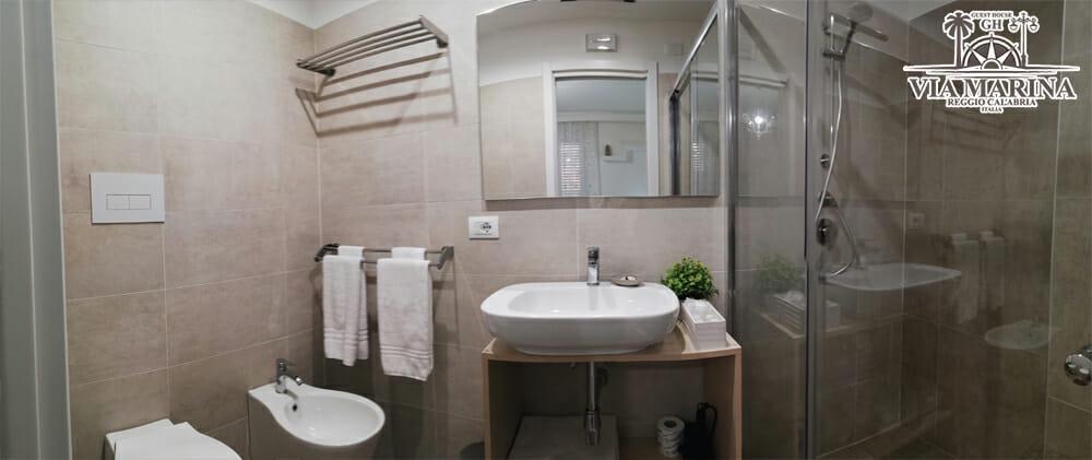 bagno con grande doccia della Guest House Via Marina B&B Reggio Calabria centro